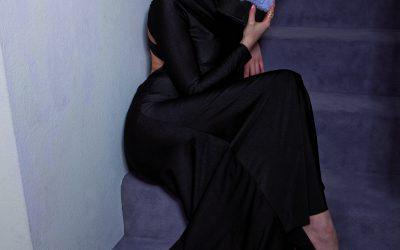 saribags Clutch Elodie dunkelbraun / lila mit Model