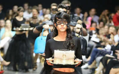 saribags Alice Oro präsentiert auf einem goldenen Tablett